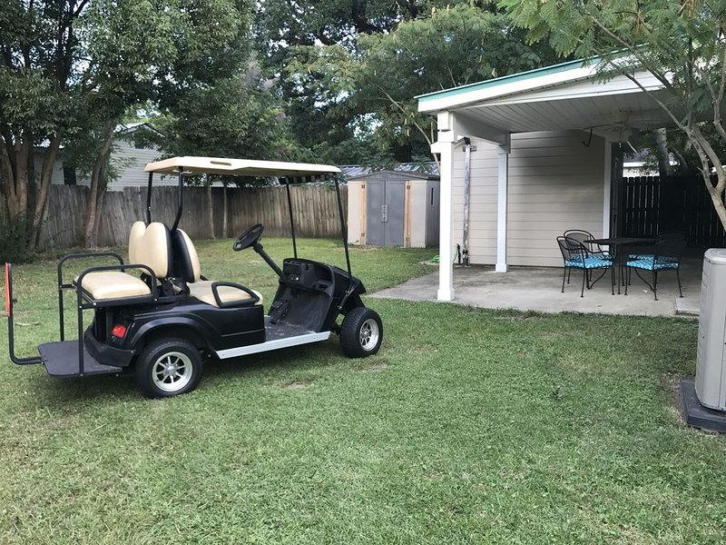 Newly renovated beach cottage in Old Town has golf cart, big yard & pet friendly, alquiler vacacional en Bay Saint Louis