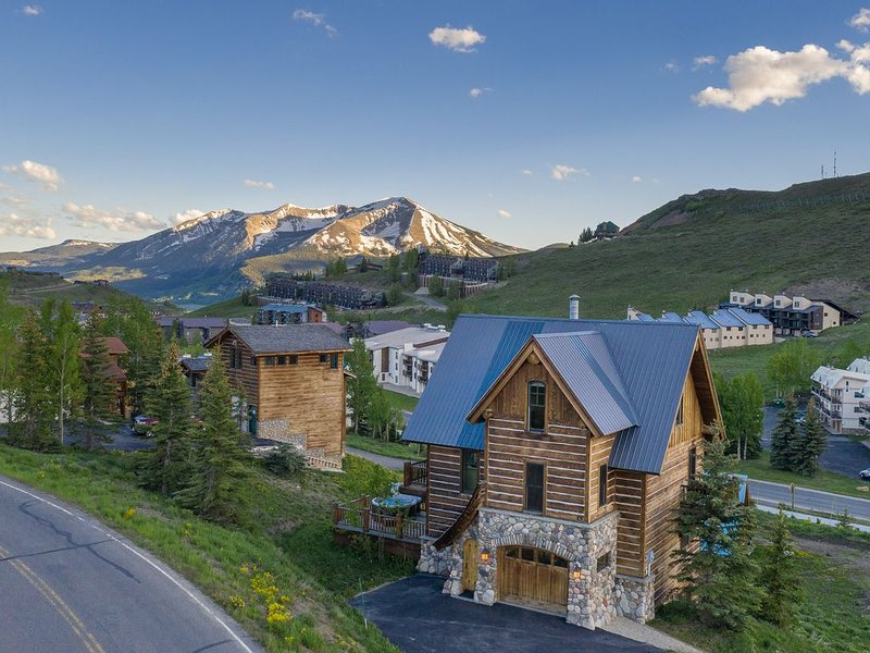 ⛷️��Incredible 3 BR house, ski mountain,  �️views, hot tub ♨️, holiday rental in Crested Butte