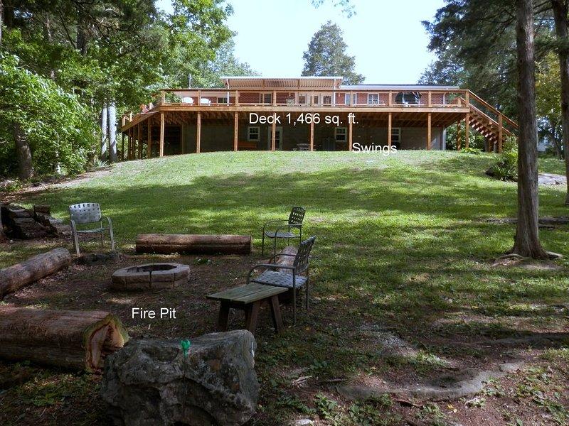 LARGE 2 BAY COVERED DOCK! All Amenities, No Steps! Trees Provide Priva, location de vacances à Jacksboro