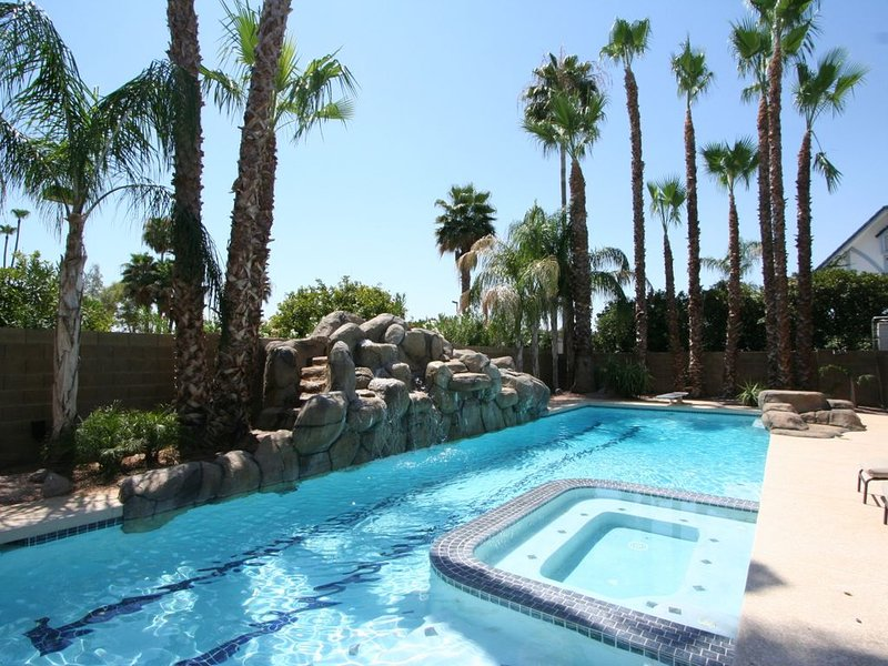 LUXURY MESA HOME 6 BDRMS, POOL WITH SLIDE AND SPORT COURT GREAT FOR FAMILIES, alquiler de vacaciones en Mesa