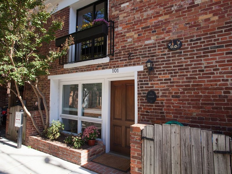 The Historic Ice House - Steps From King Street in Old Town Alexandria, vacation rental in Alexandria