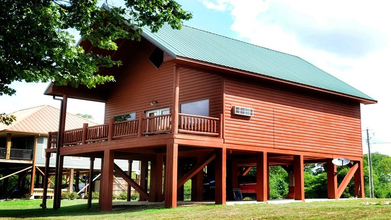 The Wilderness Cabin sits near banks of the Caddo River in a gated community ., location de vacances à Norman