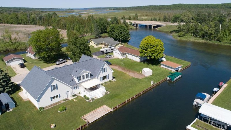 Gorgeous Riverfront Getaway, holiday rental in Topinabee