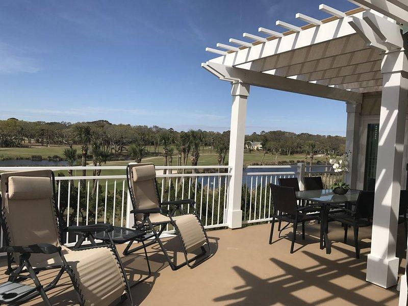 Grande terrasse spacieuse avec salle à manger ensoleillée et pouvant accueillir jusqu'à 8 personnes.