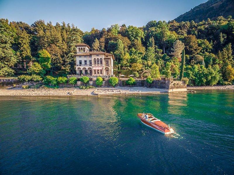 Villa Bellagio, pieds dans l'eau, botanical garden, AC, pool & Tennis, vacation rental in Bellagio
