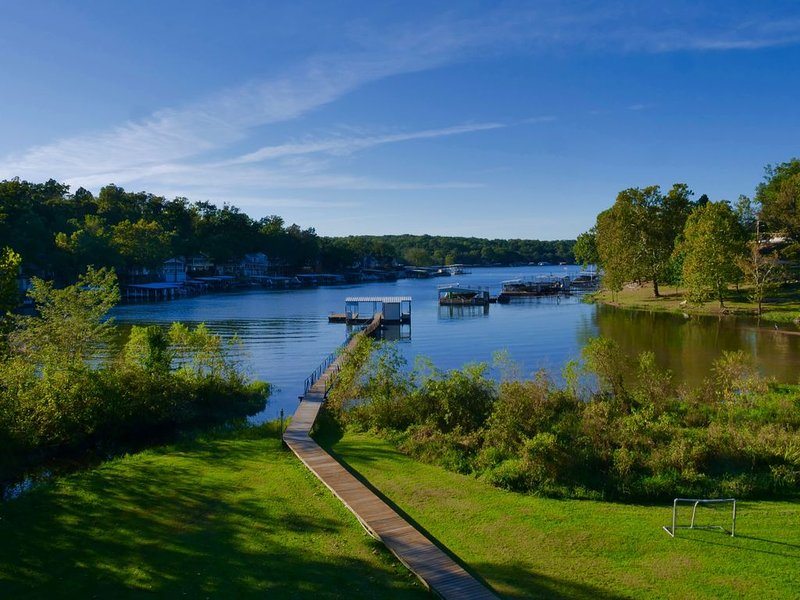 Karis Cottage - Private Pool and Dock on 20 Lakefront Acres, holiday rental in Linn Creek