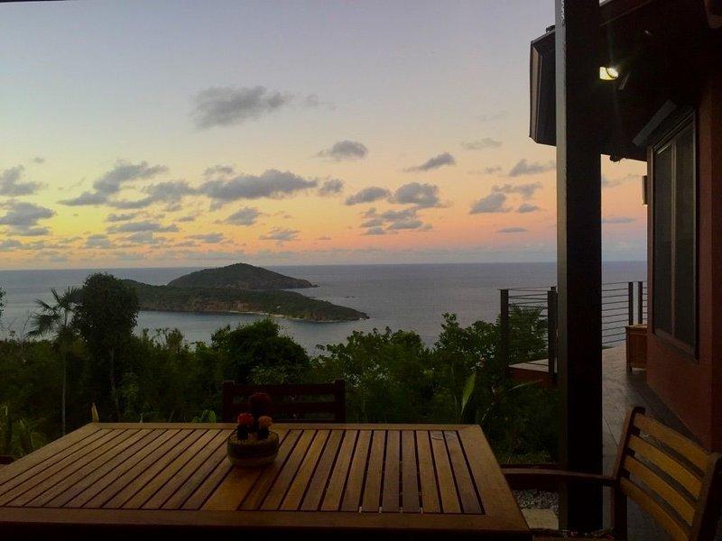 Paradise Getaway 'La Chascona'-2BR/2BA w/ocean views & 5 min drive to beach, casa vacanza a Frenchtown