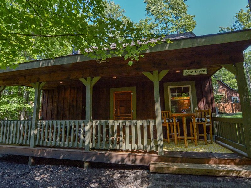 The Love Shack--  The BEST Couples and Small Family Retreat at Deep Creek Lake!, casa vacanza a Oakland