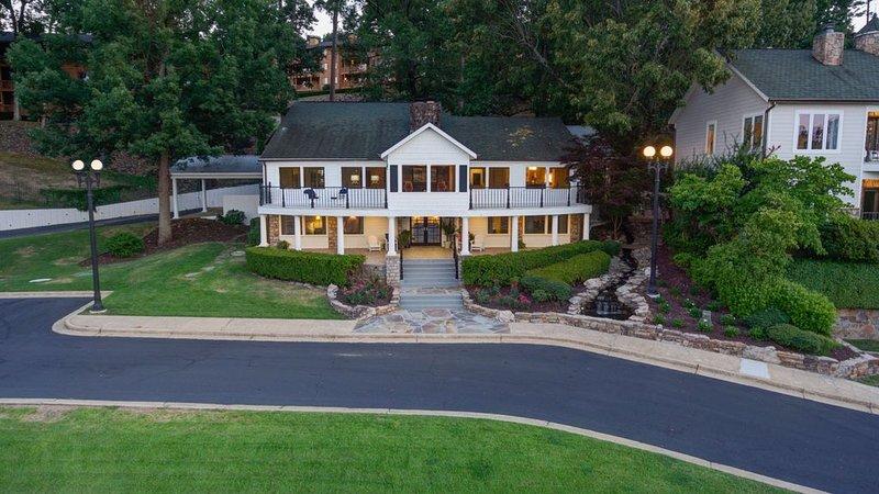 Gated Three Home Estate on Beautiful Lake Hamilton!, casa vacanza a Bismarck
