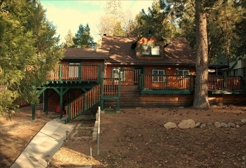 3BEARS LAKE CABIN-WALK TO LAKE & TOWN-POOL TABLE- WIFI-CABLE-BBQ-HORSESHOE PIT, aluguéis de temporada em San Bernardino
