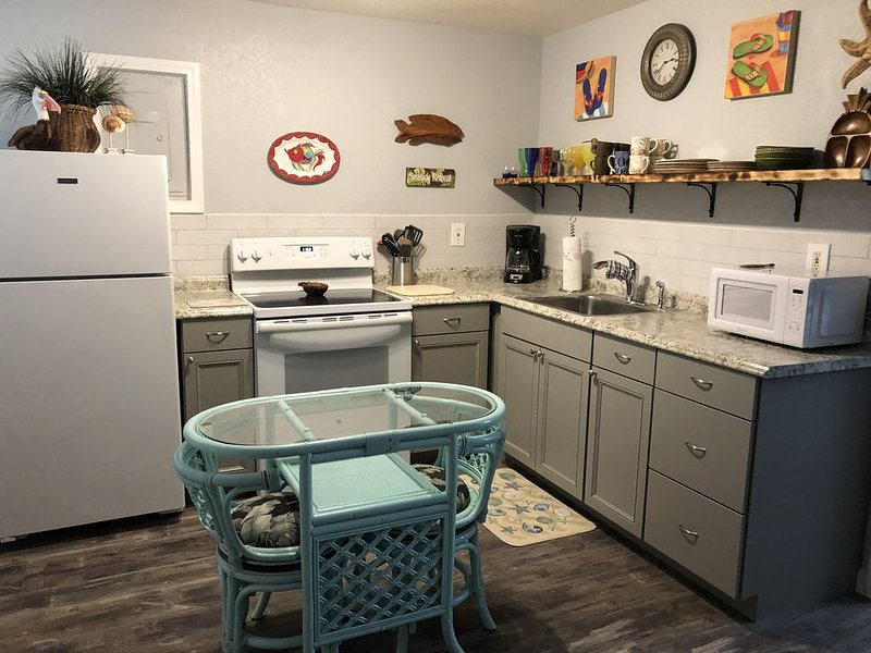 Beach Shack small 1 bedroom condo walk to ocean less than one block away, Ferienwohnung in Cape Canaveral