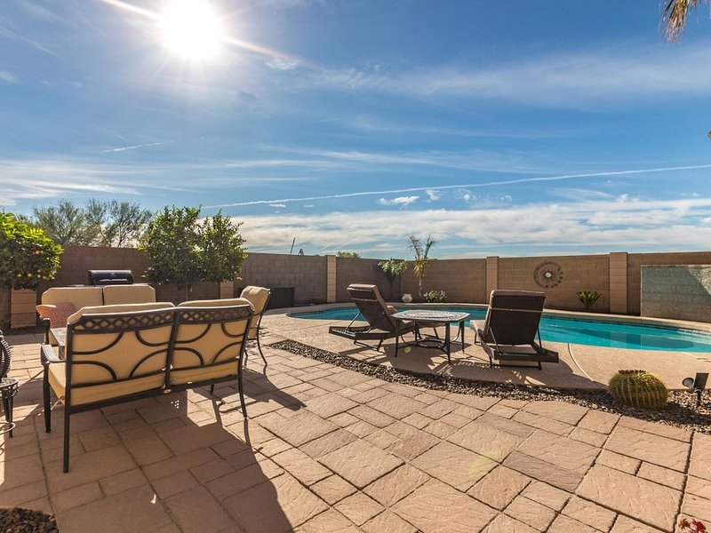 NEW!! Come relax in this Gorgeous home! HEATED Private Pool!, alquiler vacacional en Queen Creek