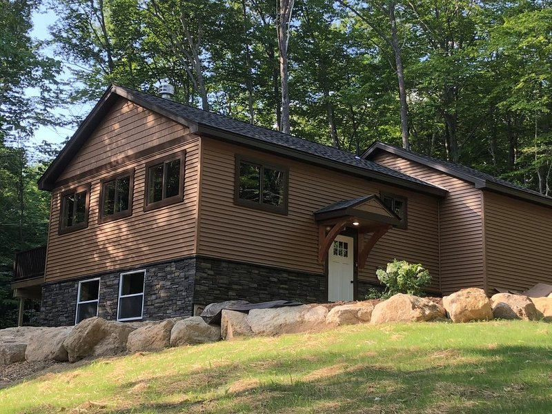 Premier 4 BR Home w/ Cozy Fireplace and Outdoor Fire Pit for your MWV Getaway, holiday rental in Intervale