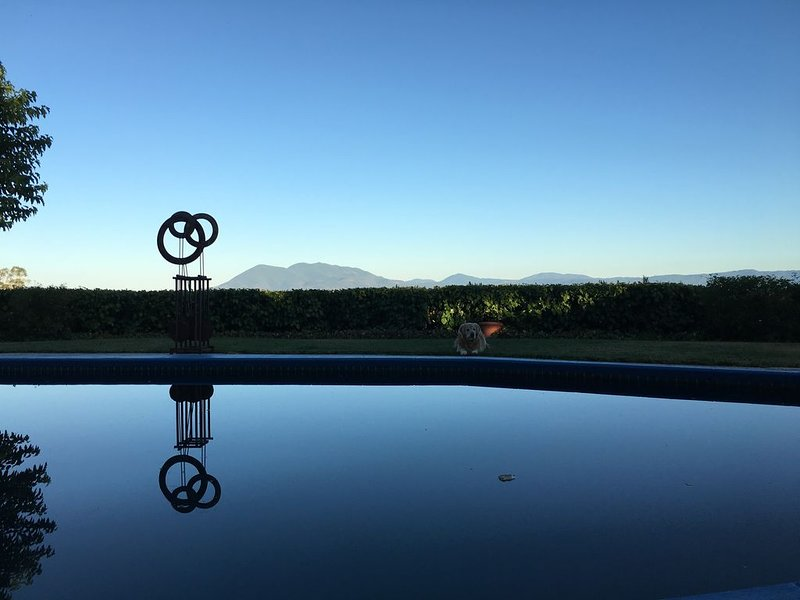 Private 3 acre compound with saltwater pool, hot tub and VIEWS!!! – semesterbostad i Lucerne