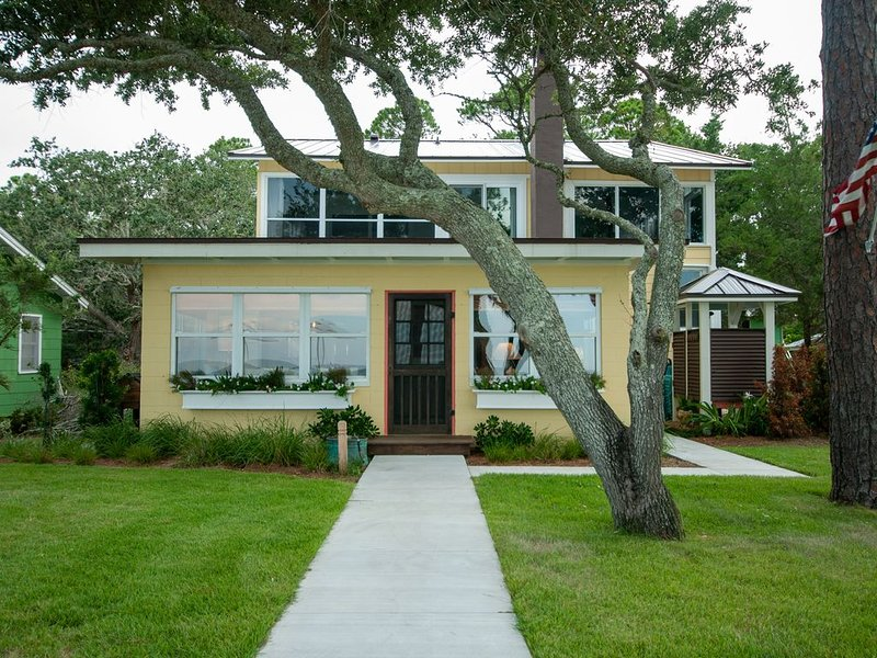 Desirable St Teresa Beach - Beautiful Old Florida Home - Every Room Water Views!, location de vacances à Carrabelle