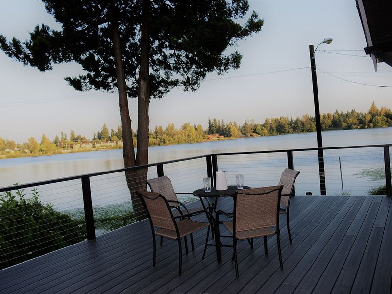 Excape to the lake! Just 20 Miles to Seattle- Recently Remodeled, vacation rental in Monroe
