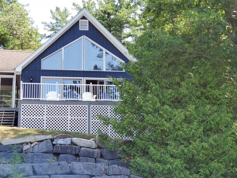 Lakehouse with Stunning Sunsets on Lake Champlain! Sleeps 8, dog-friendly, casa vacanza a Keeseville