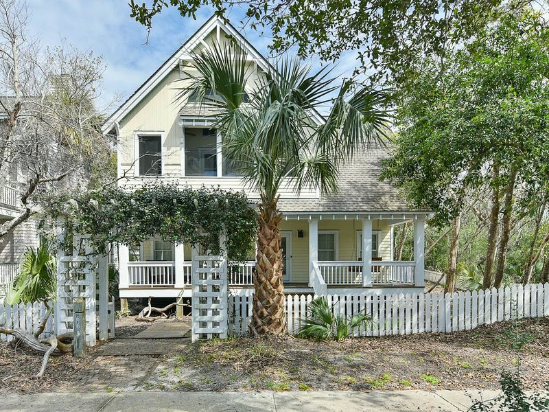 Park Place: On The Commons in Cape Fear Station, Walk to East Beach, vacation rental in Southport