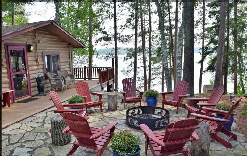 Rustic Log Cabin with Pontoon, Bunk House, and Hot Tub on Beautiful Woman Lake, holiday rental in Longville
