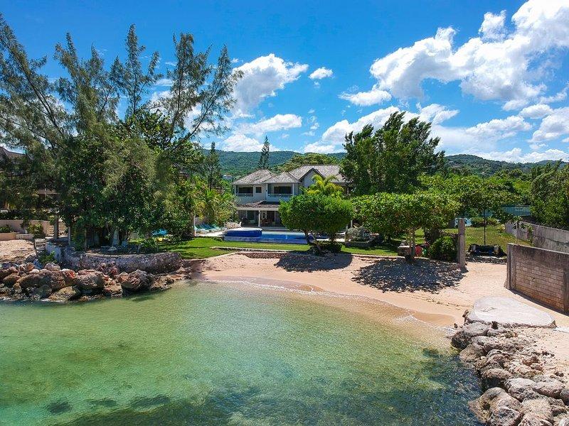 BEACHFRONT - Fully staffed Private Villa, alquiler de vacaciones en Runaway Bay