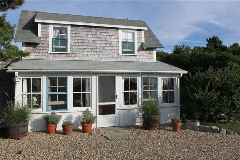 Menemsha Harborside Cottage - STEAMSHIP reservations available for open Aug. wks, Ferienwohnung in Chilmark