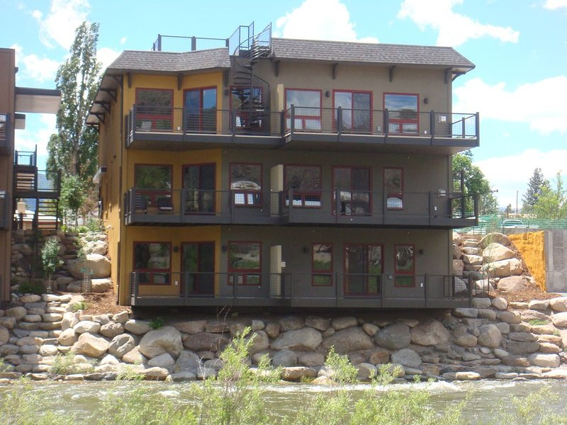 ON THE RIVER IN SALIDA*Walk To Downtown*BOOK NOW for Ski Season* STR 0234, vacation rental in Salida