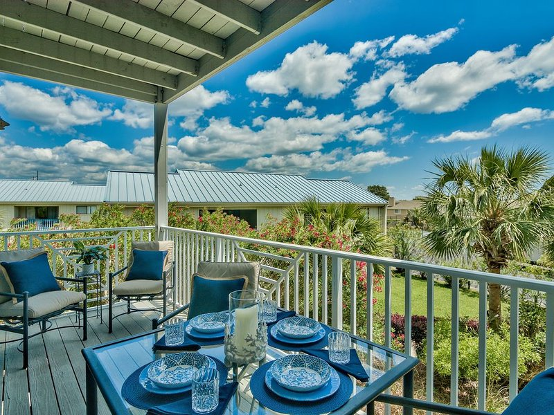 Snowbirds Welcome - 3BR/3BA Home. Steps from beach, holiday rental in Miramar Beach