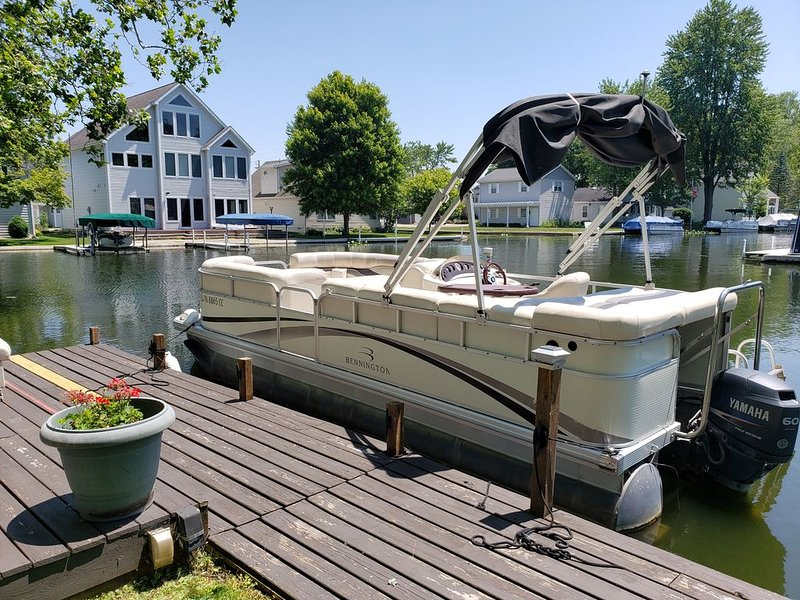 Lake Wawasee Pet-Friendly Cottage with Pontoon, Firepit, 3 decks, large lot, alquiler vacacional en Warsaw