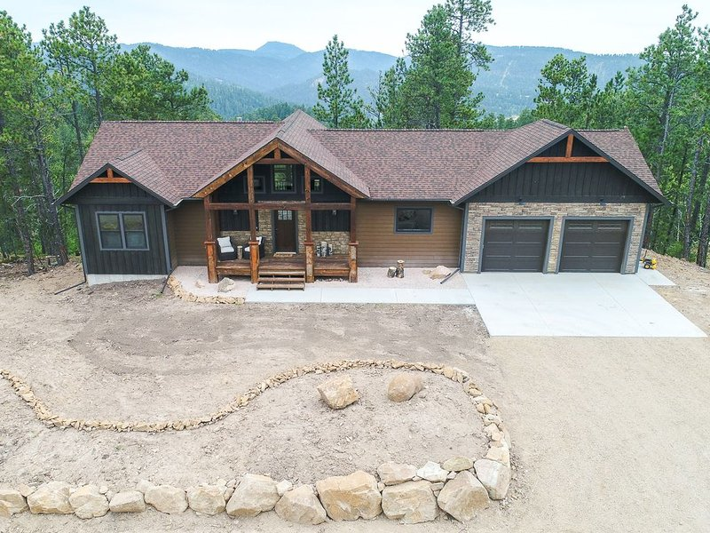 Brand New 4 BR Cabin with Incredible View from Deck and Hot Tub w/ Pool Table, holiday rental in Lead
