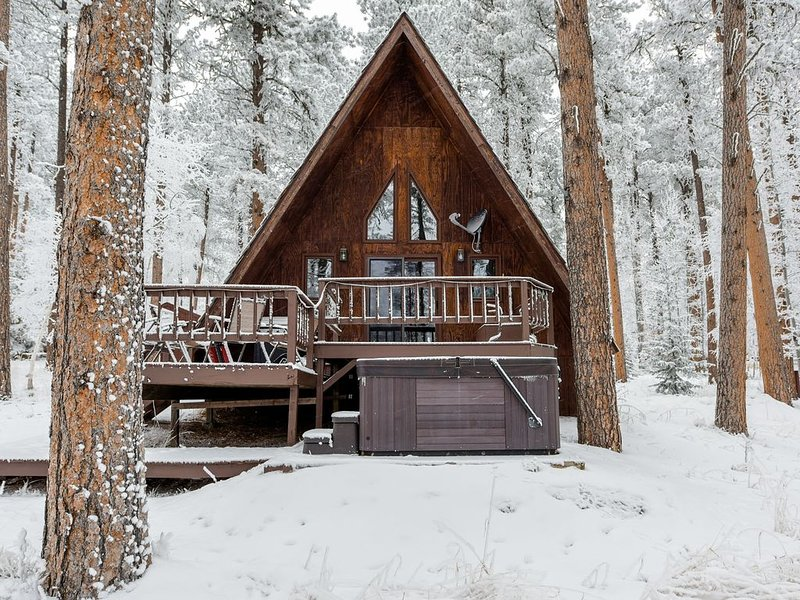 Cozy Cabin W/ Hot Tub on Deer Mountain close to ATV/Snowmobile Trails!, holiday rental in Lead