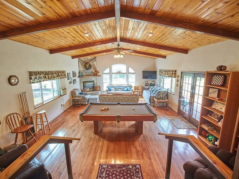 Cedar Meadow Escape- Spacious, private, and comfortable home located in beautifu, holiday rental in Oakhurst