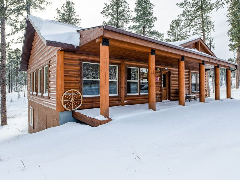 Gold Run Lodge - All Paved Roads, Minutes To Deadwood, Hot Tub, holiday rental in Rochford