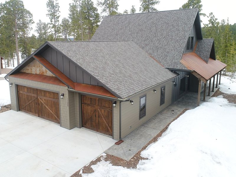 Incredible New 3 BR Modern Rustic Cabin near Deadwood and Local Clubhouse!, holiday rental in Lead