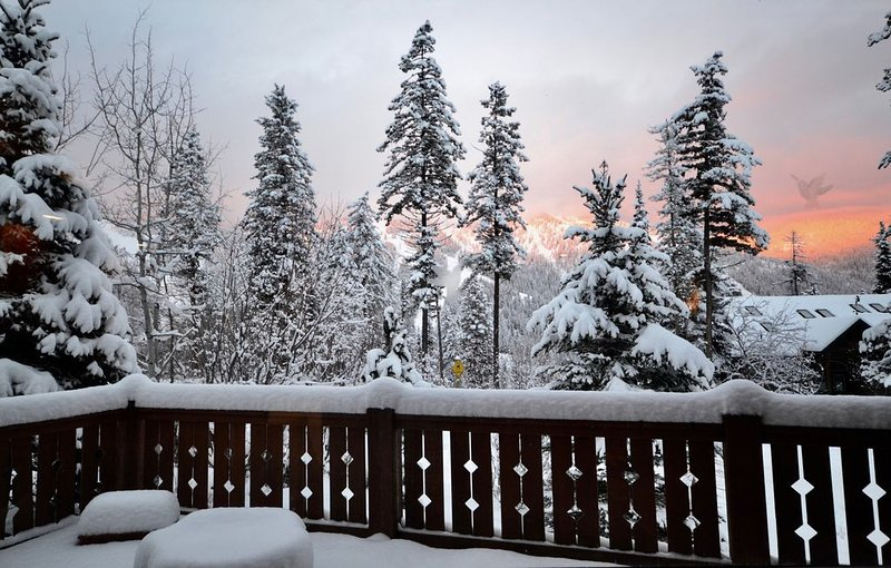 Highland Huckleberry Lodge, Luxury Ski-In and Ski-Out Perched Across from Whitef, holiday rental in Whitefish
