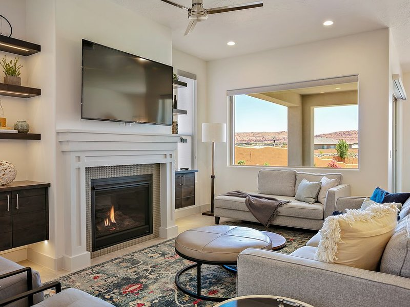Beautiful 5 bed room 5 Bath home looking out over the Red Cliffs of So. Utah, vacation rental in Santa Clara