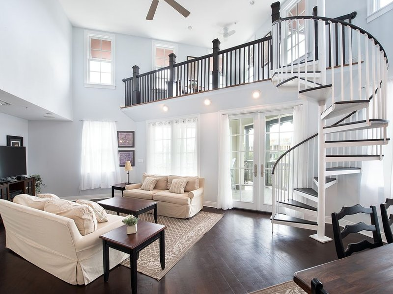 Location Location! Location! Top Corner Balcony! Overlooks Town Square!, holiday rental in Rosemary Beach