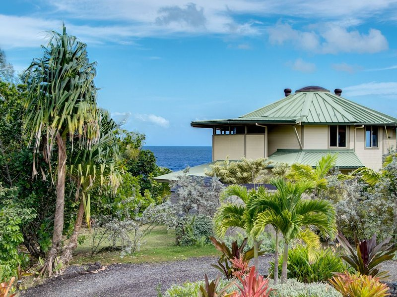 Oceanfront private home with stunning, rugged ocean cliff views, holiday rental in Keaau