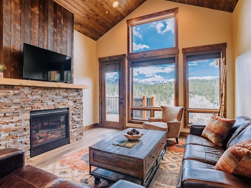 Balcony and Grill Overlooking Longs Peak and Rocky Mountain National Park, vacation rental in Estes Park