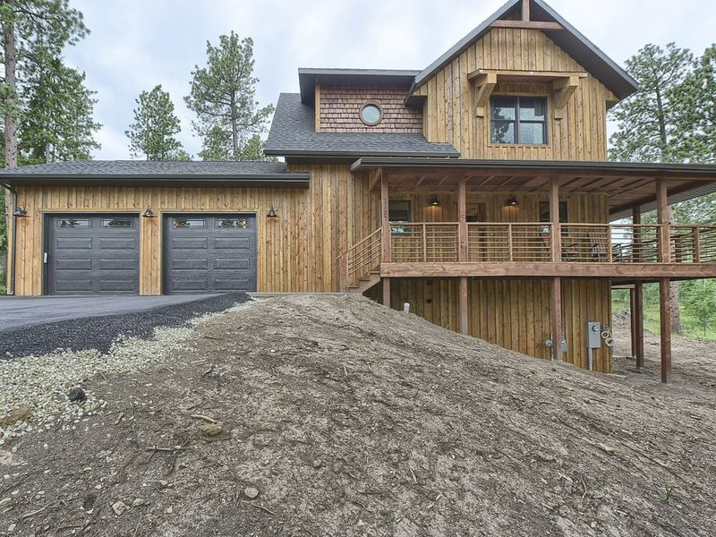 Close to Trails w/ large Garage on Paved Roads, w/ Hot Tub and Fire Pit Table, holiday rental in Lead