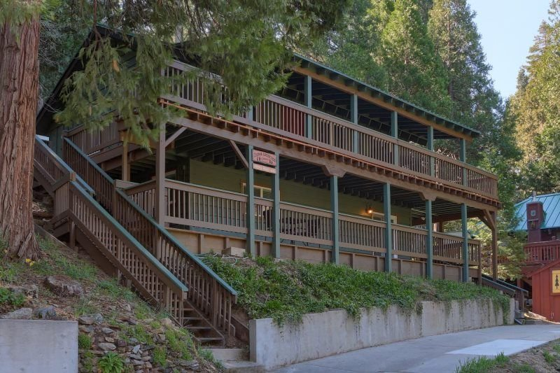 Sierra Creekside Cabin- Modern and freshly upgraded cabin in highly desirable Su, holiday rental in Oakhurst