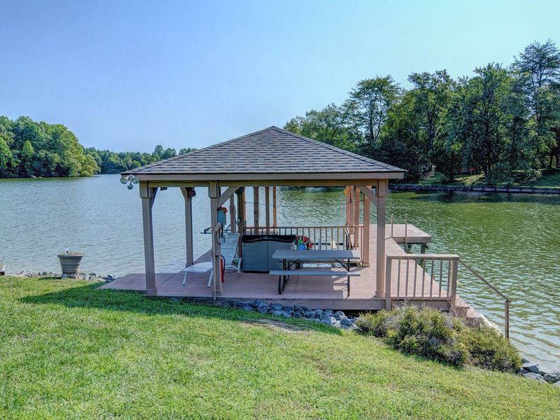 Lakefront, dog-friendly home w/ WiFi, dock, private swimming area & water toys!, holiday rental in Orange