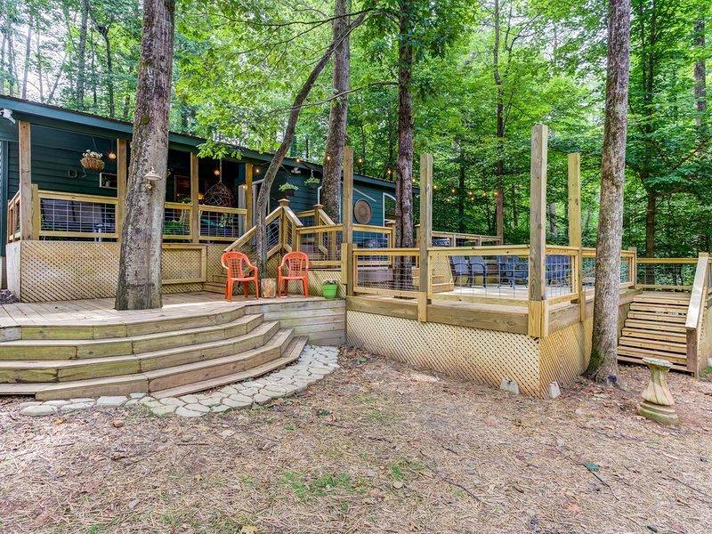 New listing! Creekside cabin w/open floor plan & multi-level decks! Dogs OK!, casa vacanza a Sautee Nacoochee