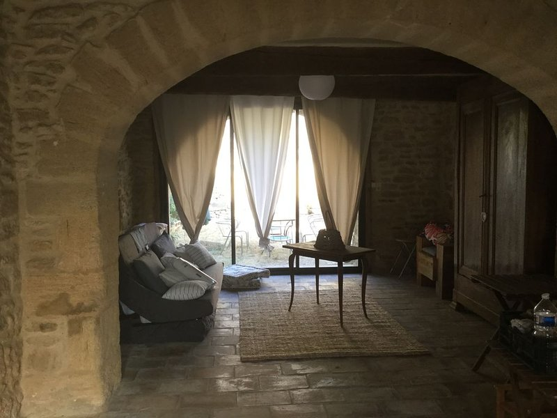 Très jolie Maison en pierre au cœur du village de Vers Pont du Gard, alquiler vacacional en Collias