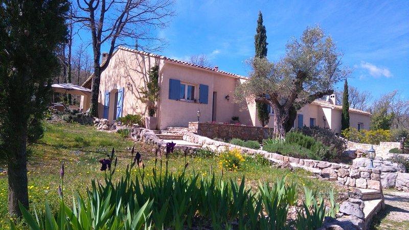 EN PLEINE NATURE, BELLE MAISON PROVENÇALE AVEC PISCINE, location de vacances à La Bastide