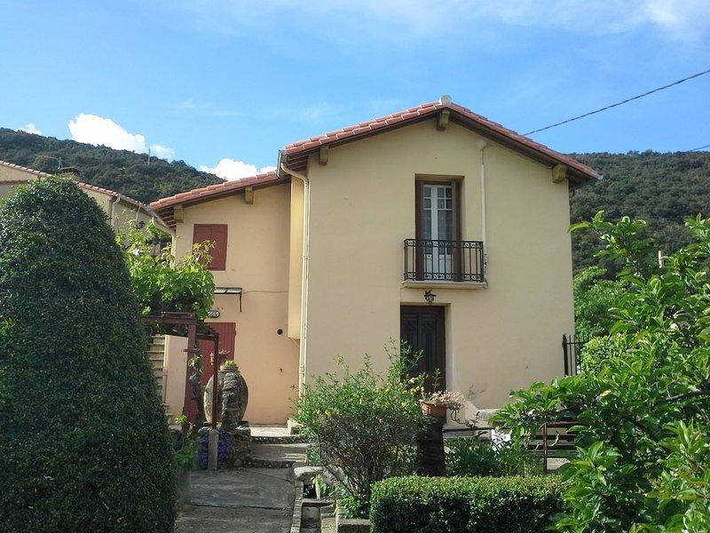 Sur les hauteurs de CERET, maison dans un écrin de verdure et joli point de vu, holiday rental in Les Hauts de Ceret