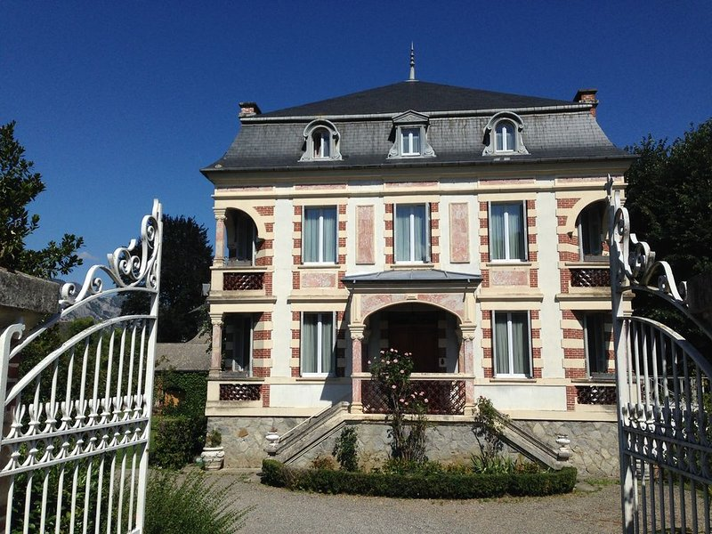VILLA BOURGEOISE STYLE BELLE EPOQUE, holiday rental in Salles