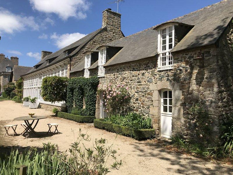 Orangerie classée monument historique avec magnifique jardin et à 3km de la mer, vacation rental in Pleguien