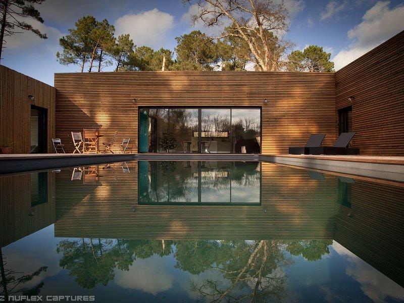 Maison contemporaine de 220m2 avec piscine chauffée a 15 mn de l'océan, holiday rental in Le Temple