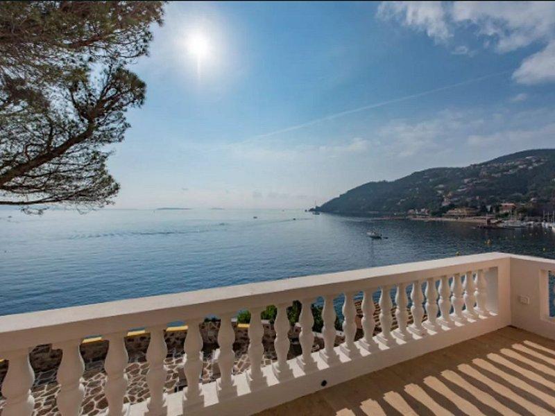 Villa avec plage privée et jacuzzi - Terrasse et vue exceptionnelle, holiday rental in La Napoule