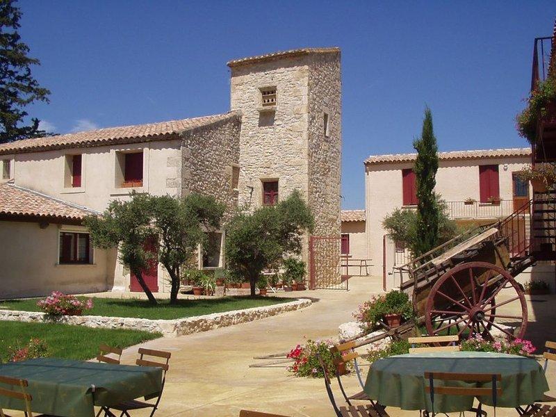 Gite La Tour pour 6 personnes avec piscine proche de Montpellier, holiday rental in Saint-Drezery